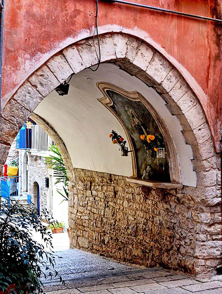 """Tour """"Sotto gli archi"""" – SS. Crocifisso in Auricarro"""